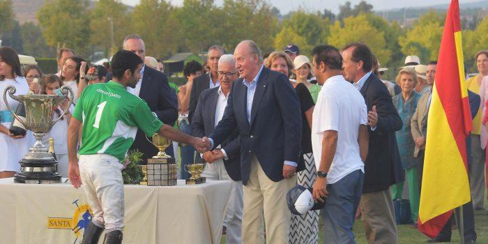 SM JCarlos entrega el trofeo en la final de 2016 (Santa María Polo Club)